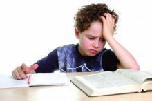 Дислексия, школьник с трудом разбирает слова в книге