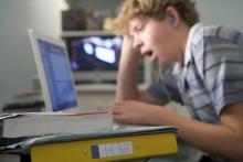 Мальчик за компьютером плохо выспался