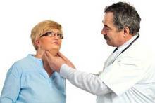 Врач диагностирует гипотиреоз у женщины и назначает лечение