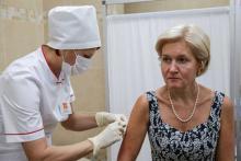 Вице-премьер РФ Ольга Голодец во время плановой вакцинации от гриппа © Артем Геодакян/ТАСС
